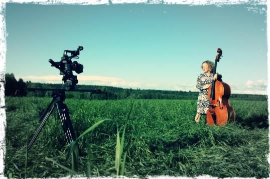 Kaisa ja basso musavideon kuvauksissa